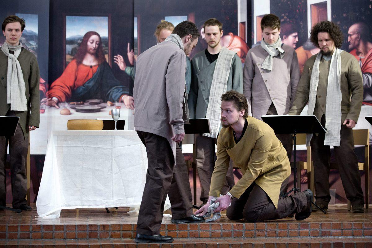 Kristian Lindroos astuu Jeesuksen sandaaleihin