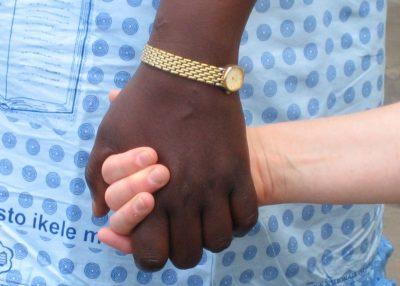 Käsi kannattelee toisen ihmisen kättä