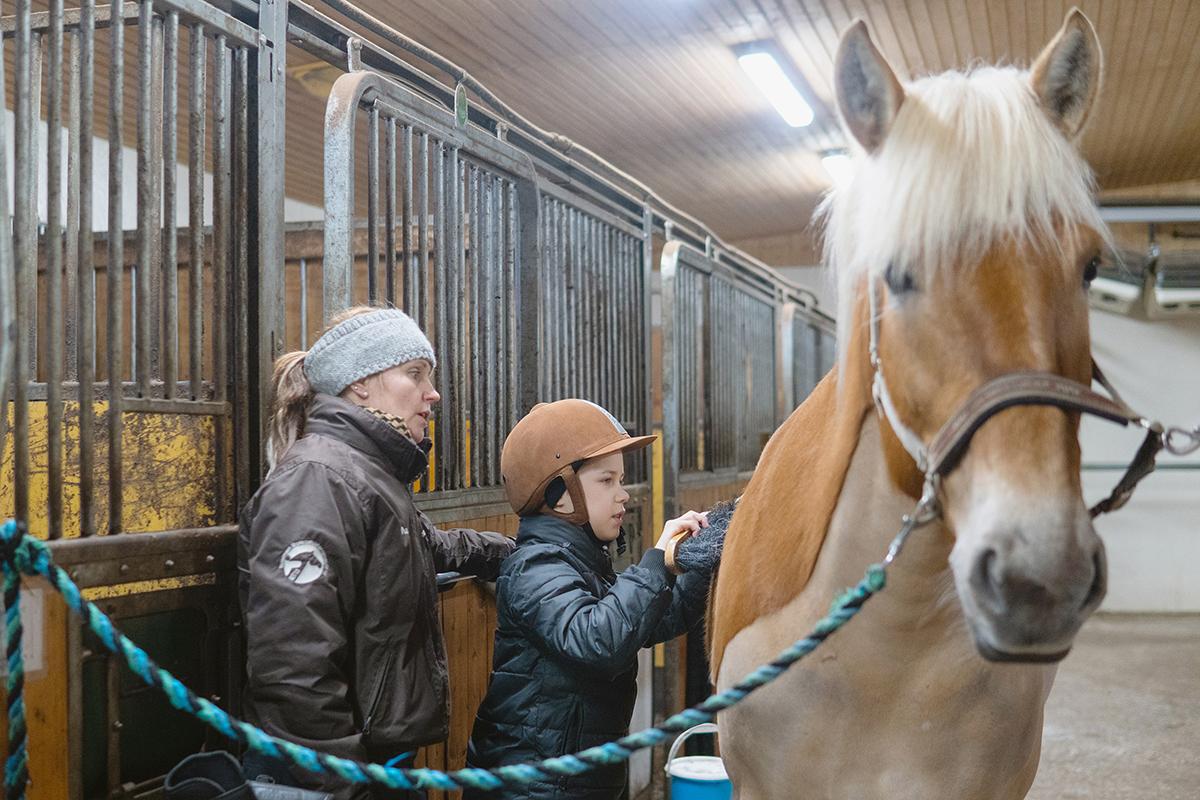 Terapeutti käyttää hevosvoimaa