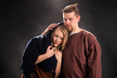 Kuvassa Hämeenlinna-Vanajan seurakunnan nuorisotyönohjaajat Mariana ja Jeesuksena. Orjantappurakruunulla kruunattu Jeesus lohduttaa äitiään.