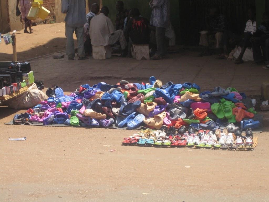 Kuva kenkäröykkiöstä Ugandalaiselta torilta