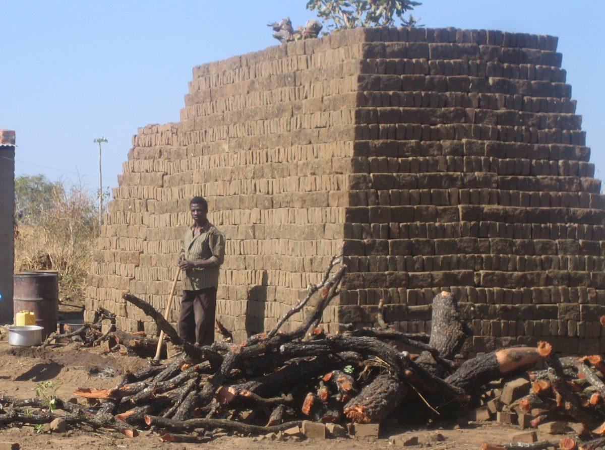 Kuvituskuvassa talonkokoinen tiilipino Ugandassa
