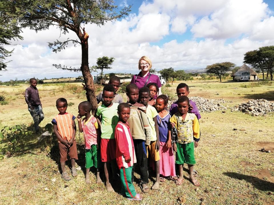 Maria Karjalainen Etiopiassa lasten ympäröimänä