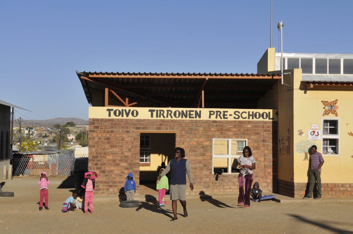 Namibialaisia oppilaita Toivo Tirronen esikoulun edustalla. Suomalaisen vaikutus näkyy nimessä.