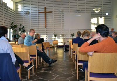 Kokkolan seurakuntayhtymän yhteisen kirkkovaltuuston iltakoulussa keskusteltiin vapaaehtoistyöstä. Kaarlelan seurakuntakeskuksen Anders-saliin oli kokoontunut syyskuun ensimmäisenä tiistai-iltana kolmisenkymmentä luottamushenkilöä, vapaaehtoista ja seurakuntien työntekijää.