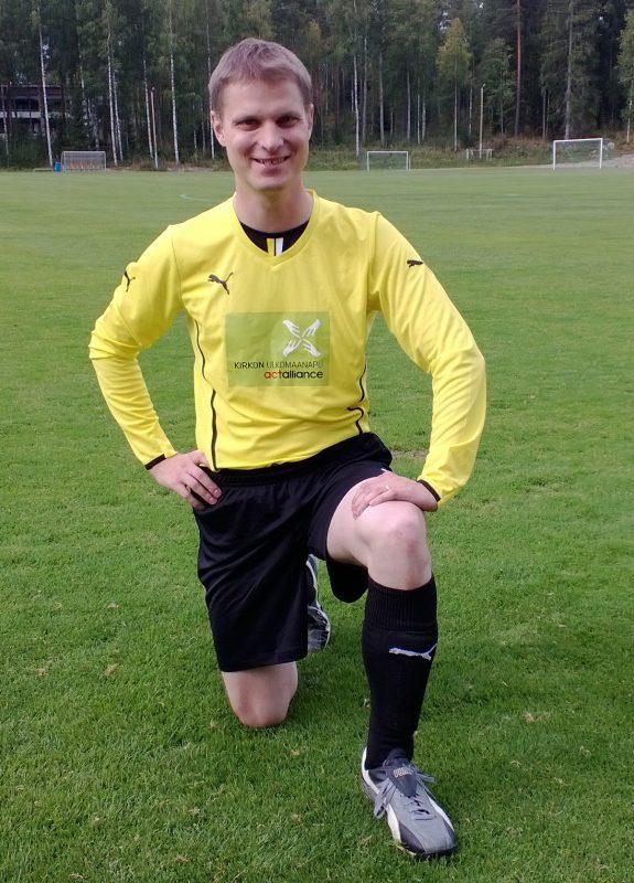 Timo-Matti Haapiainen jalkapalloasuisena Gloria Patri -turnauksen kentällä.