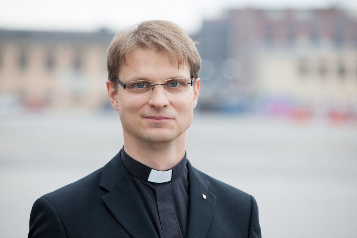 Timo-Matti Haapiainen virkapuvussa Kirkkohallituksen edustalla