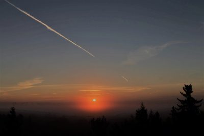 Kuva iltataivaasta, auringon laskun aikaan.