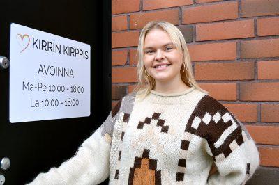Kirpputoriyrittäjä Sofia Alajääskö yrityksensä ovella