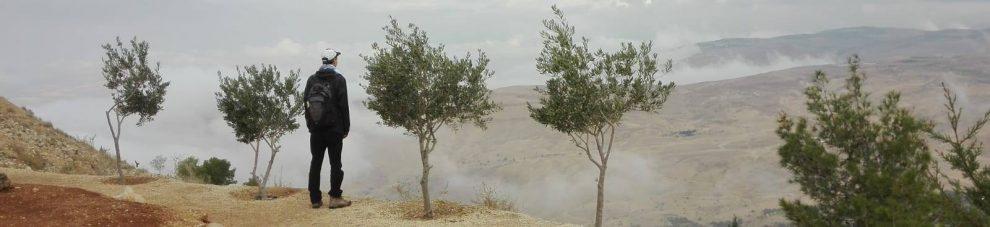 Emil Anton Nebovuorella Jordaniassa, taustalla luvattu maa.