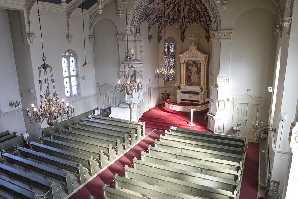 Kirkkosali kuvattuna urkuparvelta.