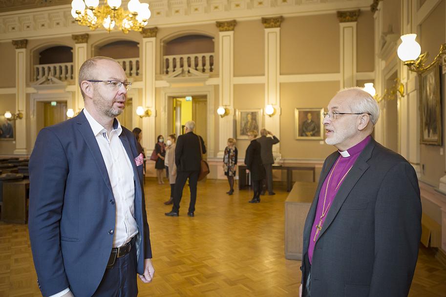 Kaupunginjohtaja Timo Koivisto keskustelee piispa Simo Peuran kanssa kaupungintalolla.