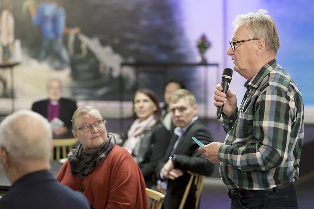 Yrittäiiä keskustelemassa piispa Simo Peuran kanssa Kipinässä, kauppakeskus Sepässä.