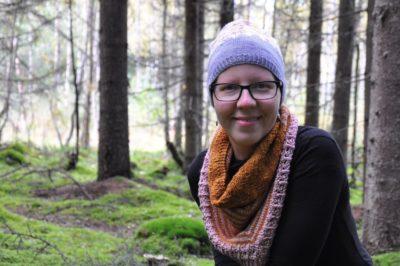Minna Sorvala, kirkon lähetystyön toimikunnan jäsen, taustalla metsää.
