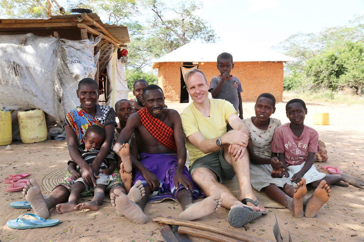 Mikko Kekäläinen Keniassa Waata-yhteisön keskellä