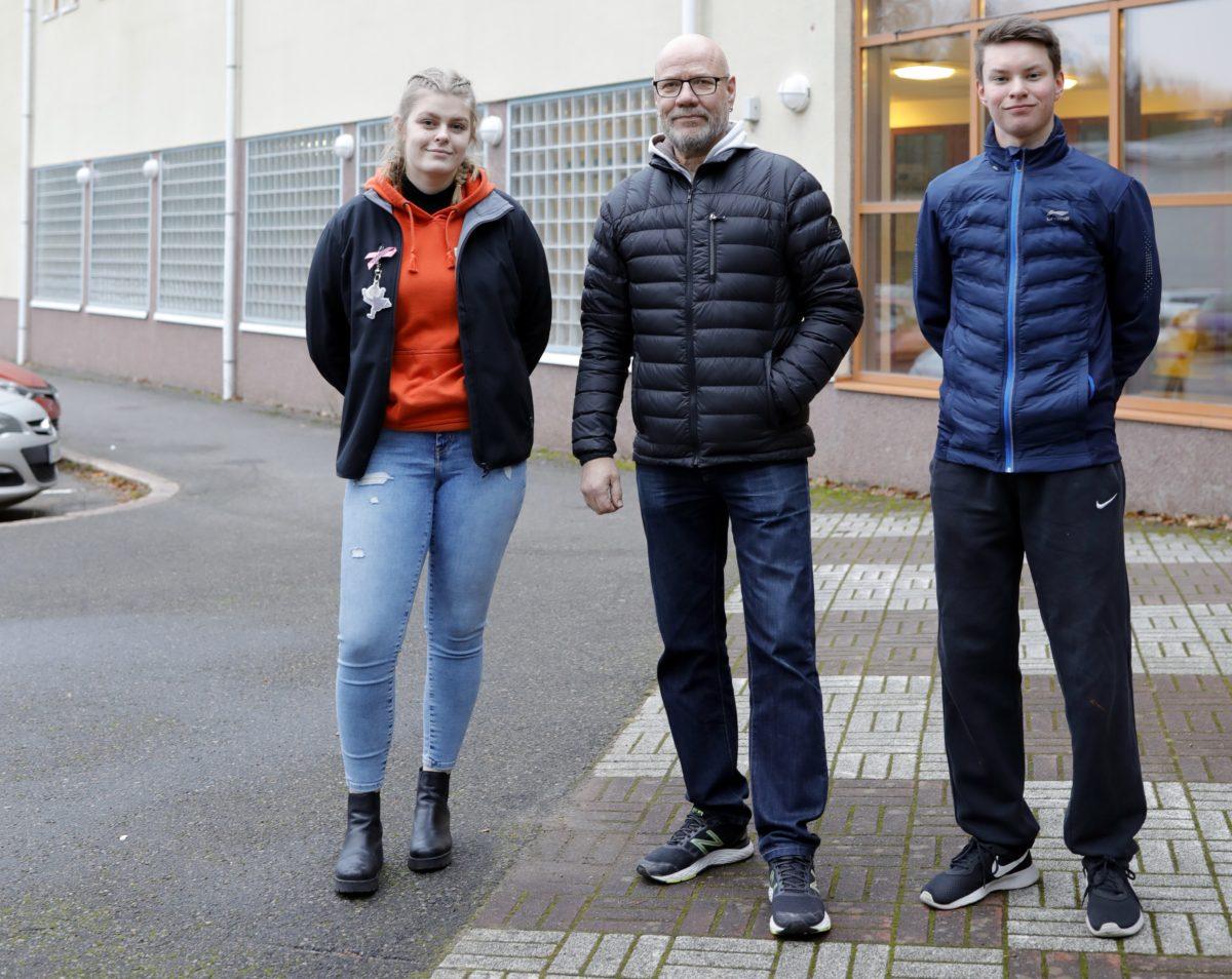 Kouvolan Yhteislyseon liikuntahallin pihalla Säde Hartonen, Arto Sahamies ja Saku Myller.