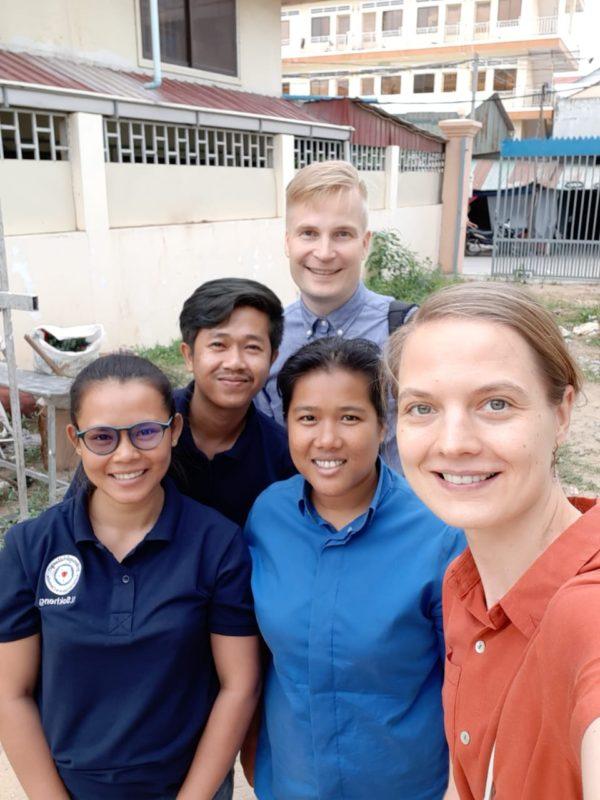 Katariina Väisänen työtovereidensa Sokheng Nhoung, Sopheak Pen, Sreyleak Touch sekä Pasi Pitkänen kanssa.