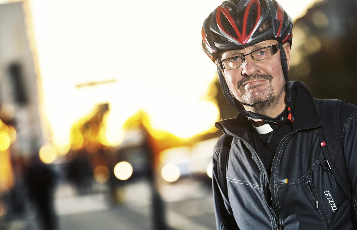 Kuvassa Ilkka Sipiläinen, hänellä on päässään pyöräilykypä.