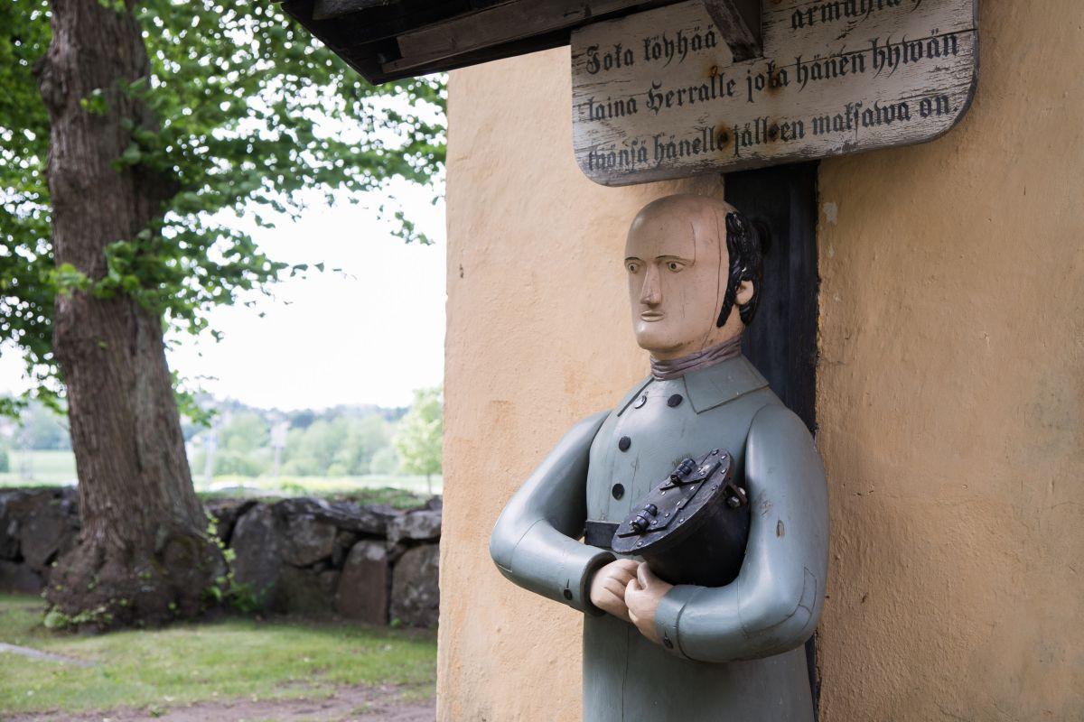 """Jäljennös Maarian kirkon vuoden 1853 vaivaisukosta. Tekstinä """"Joka köyhää armahta hän laina Herralle joka hänen hywän työnsä hänelle jälleen maksawa on."""" Ukko oli aiemmin kirkkomaan aidan toisella puolella, josta kulki tie Tampereelle."""