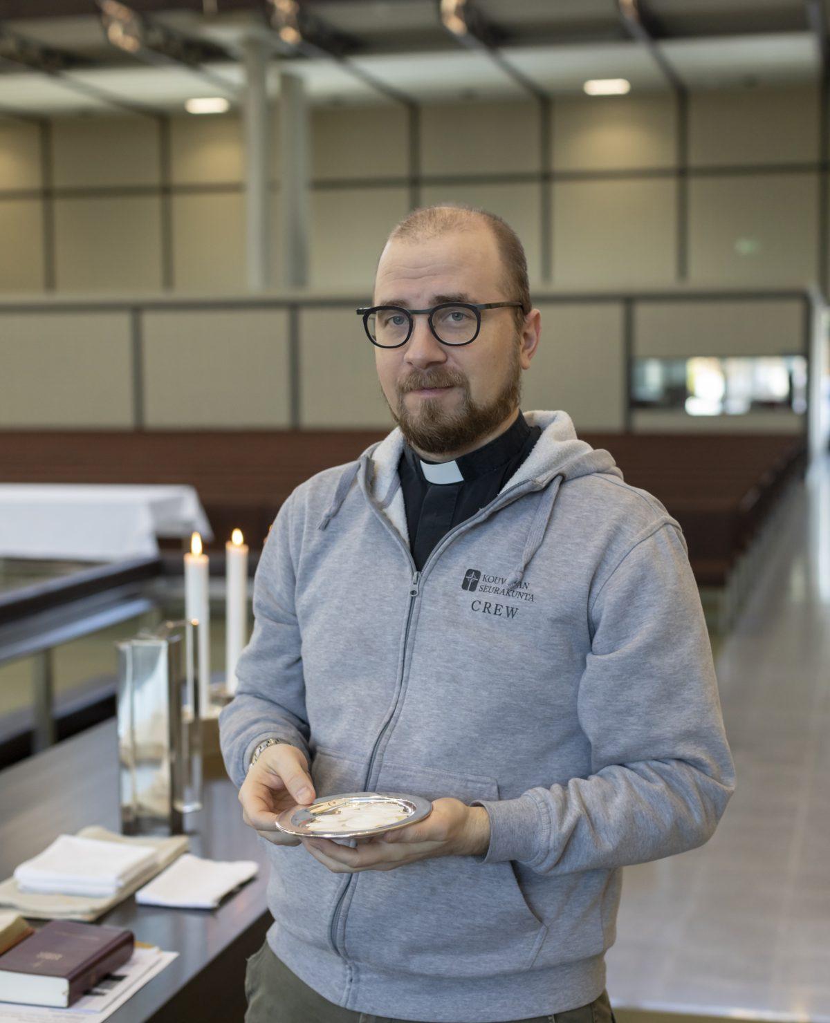 Pastori Janne Turunen Keskuskirkon alttarilla.