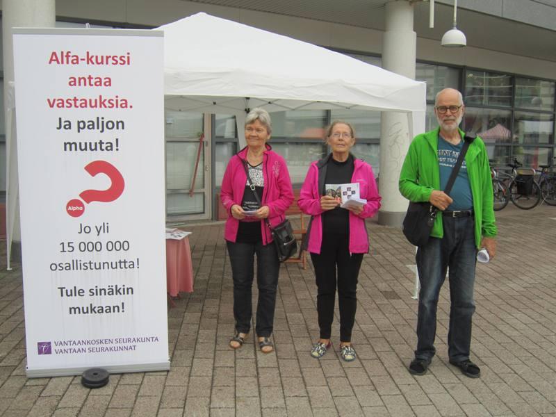 Kaisa Halme, Eila Hakkarainen ja Ahti Rahikainen  Vantaan Paalutorilla esittelemässä Alfa-kurssia.
