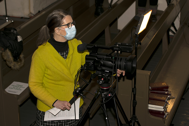 Nainen videokameran kanssa.