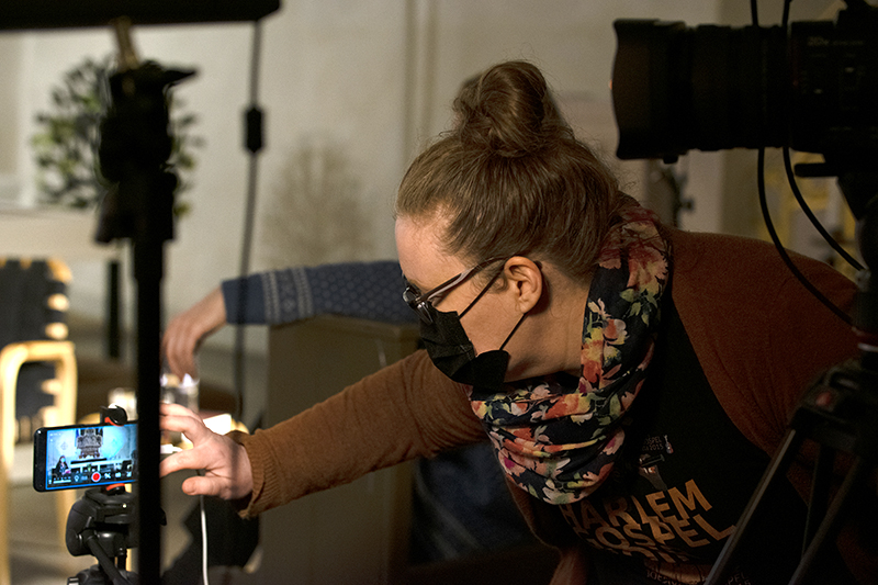 Paula Harju säätää kameraa.
