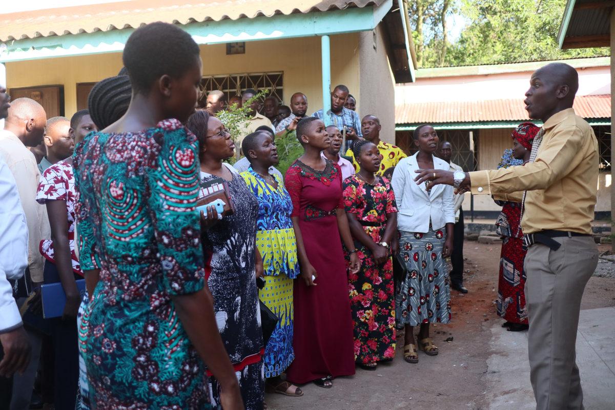 Kuoro laulaa Nyakaton koulun valmistujaisissa 2019 Tansaniassa
