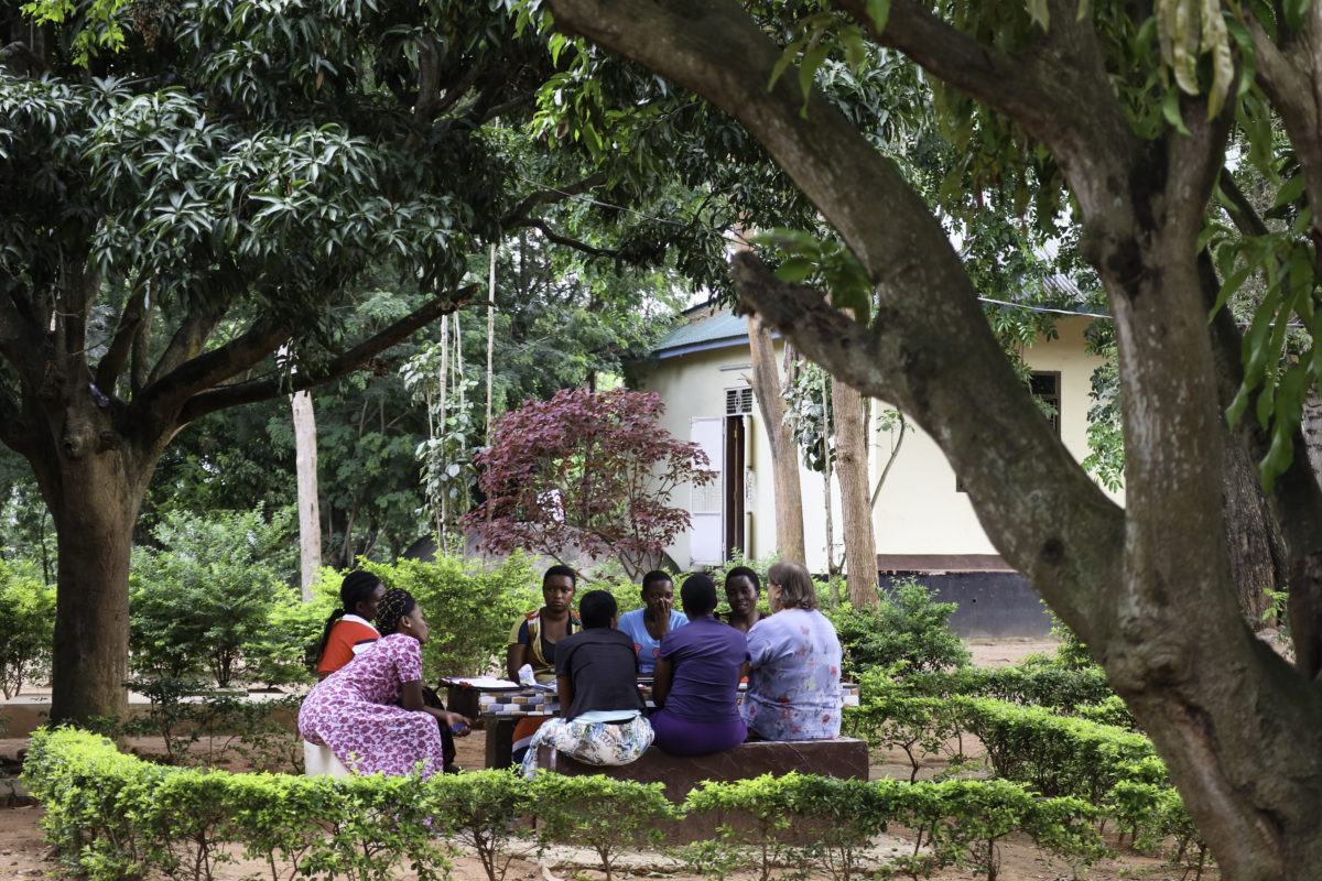 Naisteologien raamattupiiri Tansaniassa kokoontuu puden siimeksessä