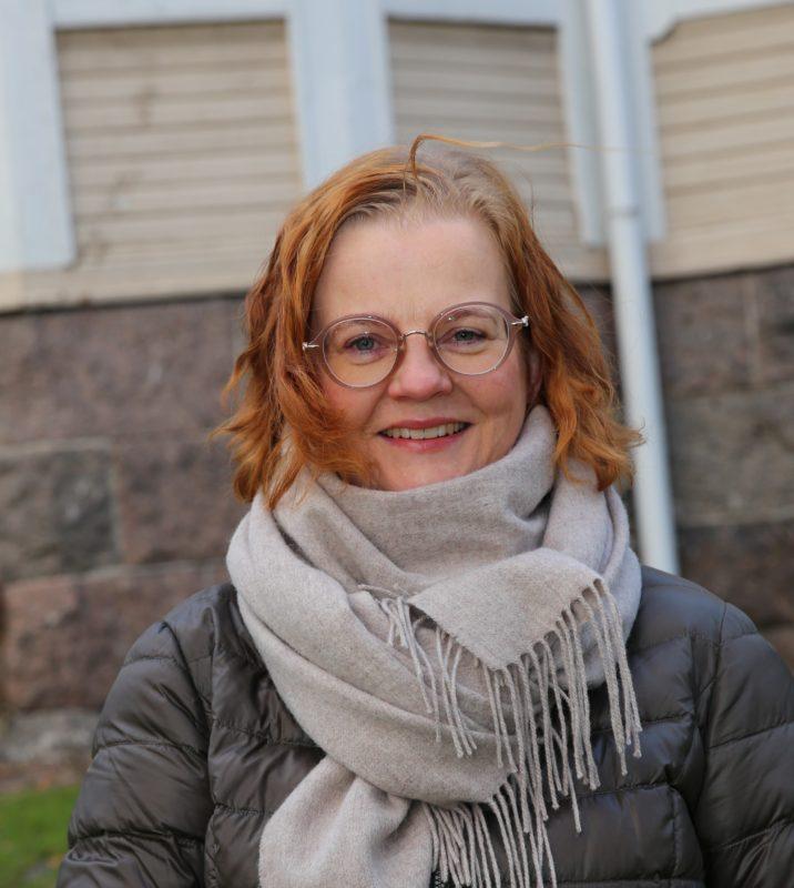 Sanna Erelä kuvattuna Suomessa. Kuvateksti: Sanna Erelä on nyt Suomessa koronan takia. Jerusalemissa hän toimii Caspari-keskuksen projektikoordinaattorina. Kuva: Petri Vähäsarja