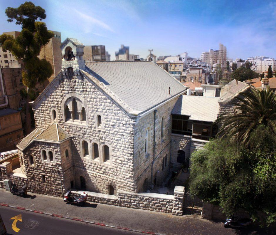 Isoista harmaista kivistä rakennettu Caspari-keskus Jerusalemissa, kuvattuna yläviistosta.