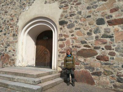 Taina Pajunen Kirkkonummen kivikirkon vieressä