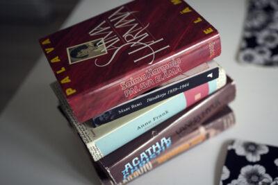 Kirjapinossa Saima Harmajan, Mary Bergin , Agatha Christien ym. päiväkirjoja.