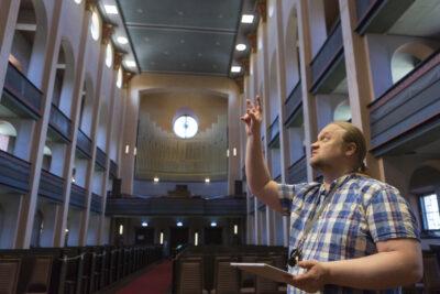 Enkeli loistaa ja kirkko soi