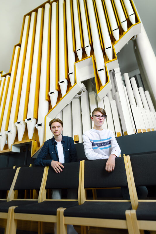 Kuvassa Viljo Harju ja Juuso Lundström. Taustalla Lakeuden Ristin urut.