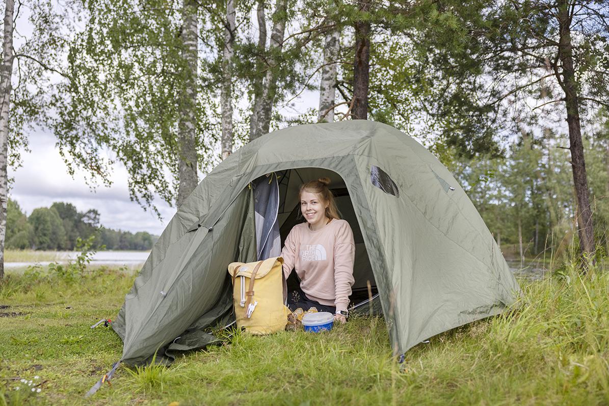 Retkeilyä harrastava jyväskyläläinen Oona Saksanen teltassaan.