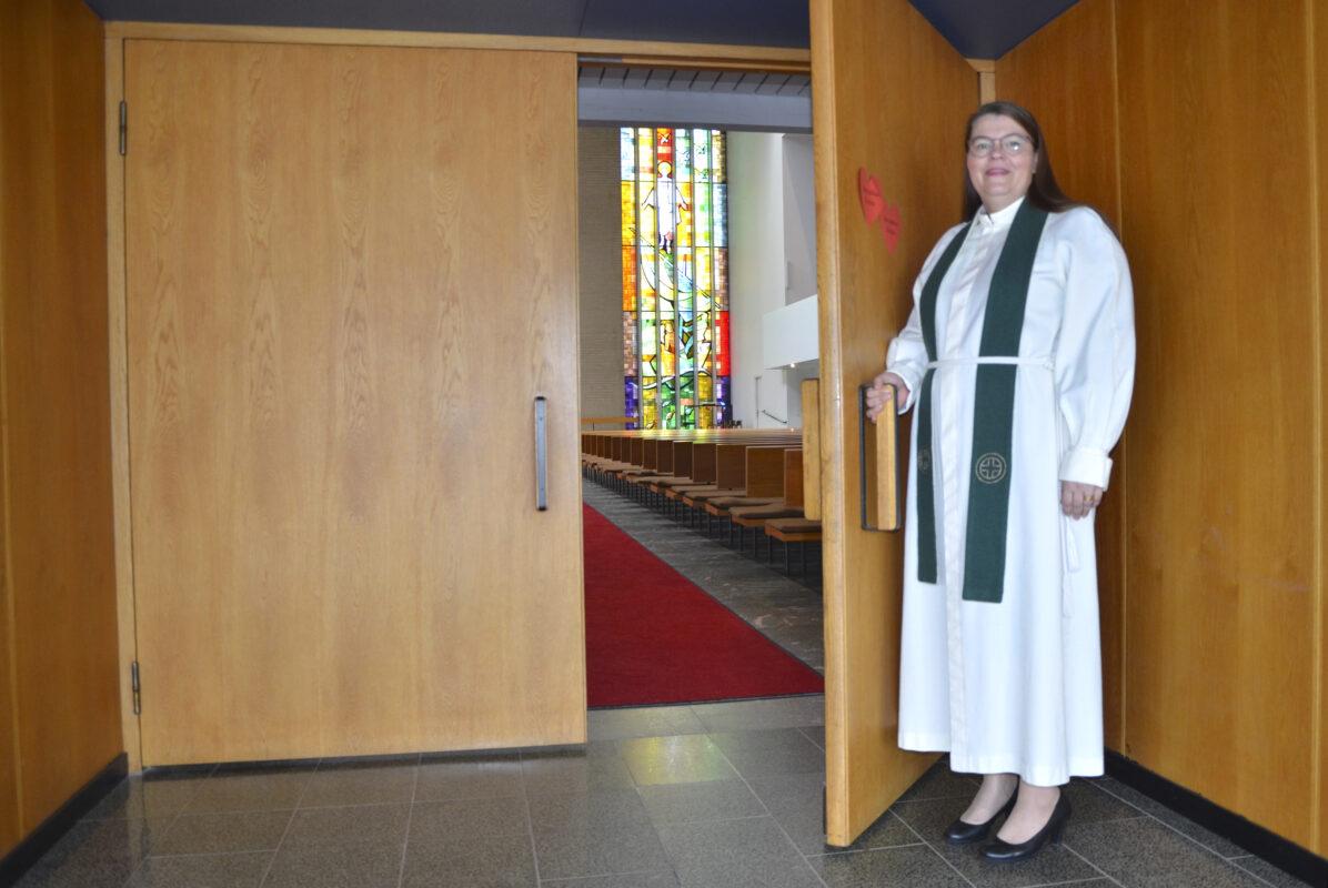 Emilia Teerikangas avaa Kokkolan kirkon ovea.