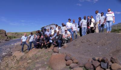 Ihmisiä kallionn rinteellä Lalibelassa, Etiopiassa - mukana Maria Immonen