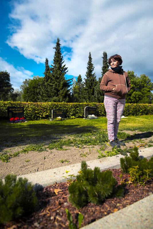 Kuvassa Anitta Punkari seisoo Ylistaron hautausmaalla kesäisenä päivänä.