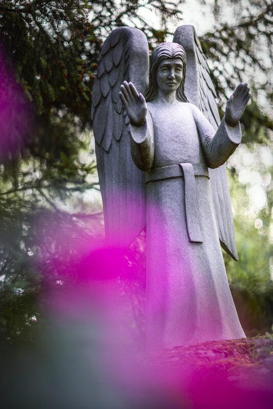 Kuvassa enkelipatsas Ylistaron hautausmaalta.