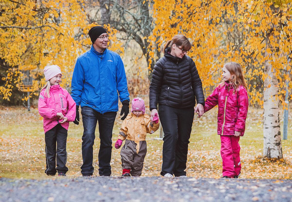 Kuvassa Rokalan perhe, äiti Terhi ja isä Markus sekä lapset Eevi 6, Veera 2 ja Reetta 9 vuotta.