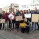 Nuoria Helsingin senaatintorilla ilmastomarssilla